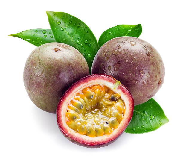 wet de la passion des fruits avec des feuilles isolé sur blanc - fruit de la passion photos et images de collection