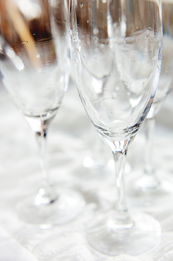 Foto de Molhar Os Copos Transparentes Limpar O Cálice Depois Da Lavagem e mais fotos de stock de Bebida