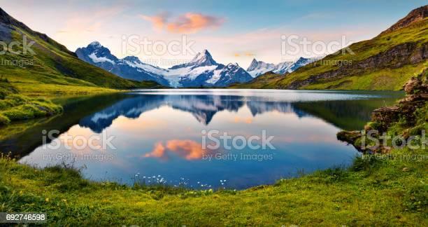 Wetterhorn Und Wellhorns Gipfeln Spiegelt Sich In Der Wasseroberfläche Des Sees Bachsee Stockfoto und mehr Bilder von Abenteuer