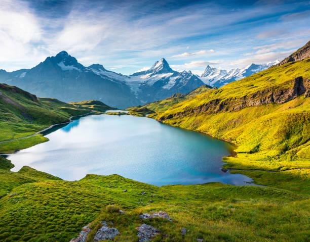 Wetterhorn und Wellhorns Gipfeln spiegelt sich in der Wasseroberfläche des Sees Bachsee – Foto