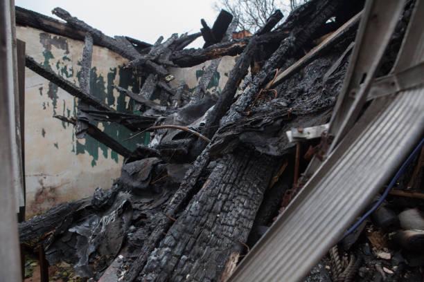 inne i det gamla förstörda huset efter en brand - brand sotiga fönster bildbanksfoton och bilder