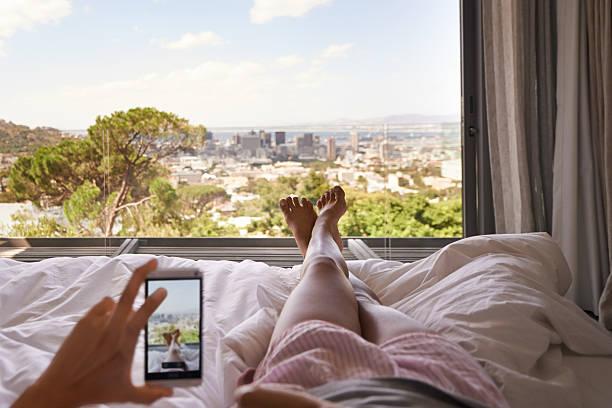 was für ein ausblick zu wake up to - jagdthema schlafzimmer stock-fotos und bilder