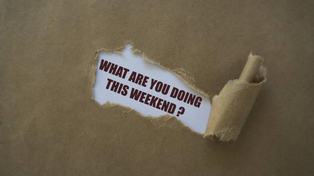 이번이 주말 하 고 찢어진된 종이에 쓴는 - 주말 활동 뉴스 사진 이미지