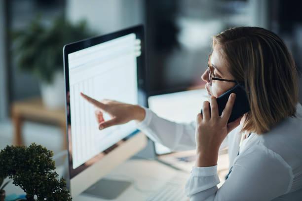 welke carrière toewijding ziet eruit als - business woman phone stockfoto's en -beelden