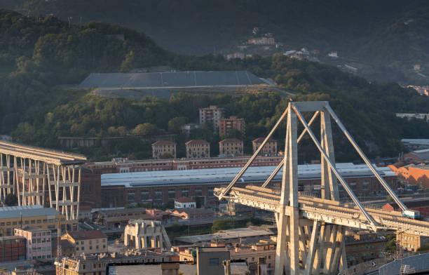ce qui reste du pont effondré de morandi, gênes, italie - pont gênes photos et images de collection