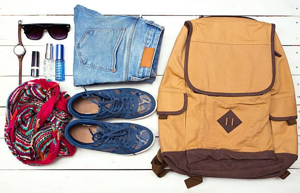 reisegepäck in ihrem handgepäck auf der tasche - geld schön verpacken stock-fotos und bilder