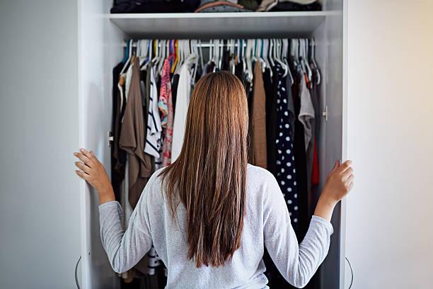 what to wear tonight? - kleiderschrank ohne türen stock-fotos und bilder