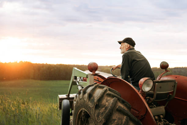 was ist ein landwirt ohne seinen traktor? - bauernberuf stock-fotos und bilder