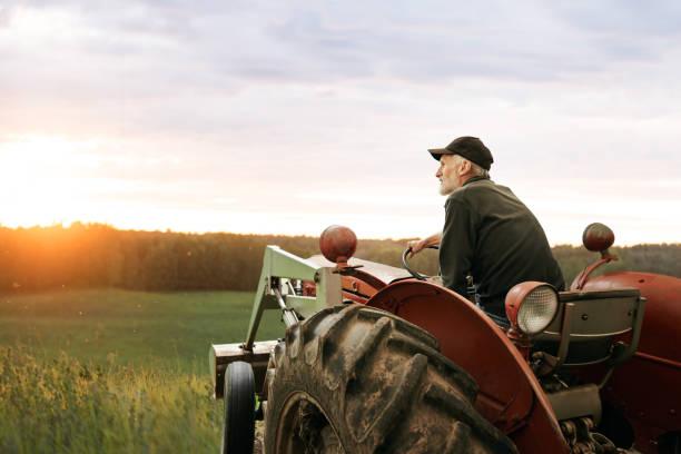 was ist ein landwirt ohne seinen traktor? - farmer stock-fotos und bilder