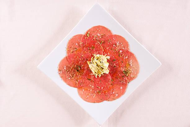 was ist auf der speisekarte? rindfleisch-carpaccio - carpaccio salat stock-fotos und bilder