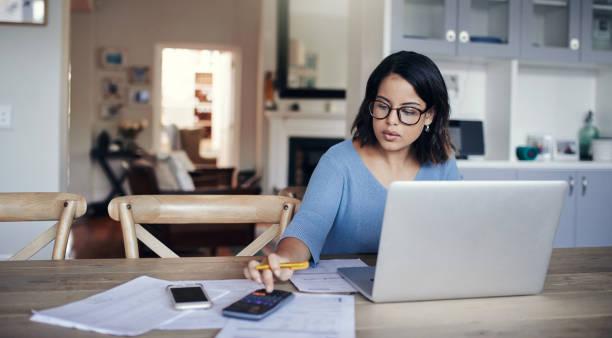 ¿qué está buscando el presupuesto como este mes? - trabajo freelance fotografías e imágenes de stock