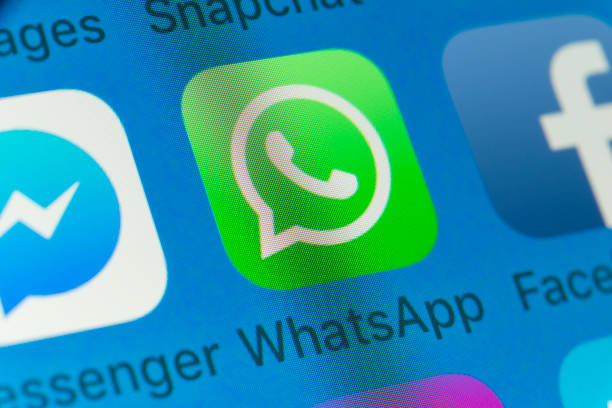 whatsapp, facebook, messenger and other cellphone apps on iphone screen - big tech foto e immagini stock