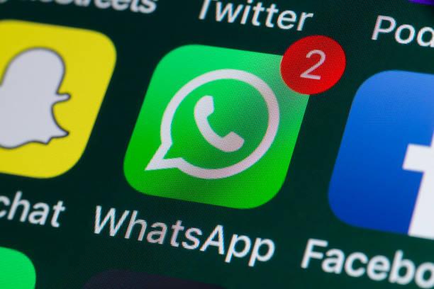 whatsapp, facebook, snapchat und andere handy-apps auf dem iphone-bildschirm - instant messaging stock-fotos und bilder