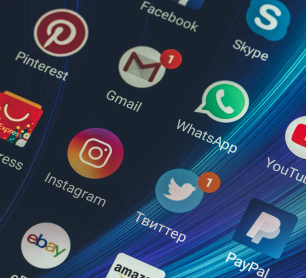 whatsapp, youtube, instagram, facebook, skype and other app icons on the smartphone screen xiaomi - paypal foto e immagini stock