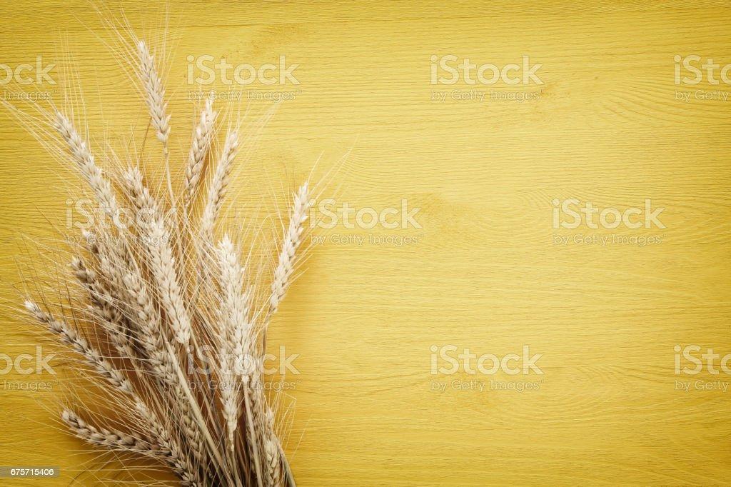 小麥作物木制的桌子上。猶太節日-五旬節的象徵 免版稅 stock photo