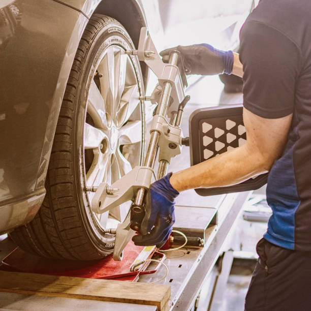 Wheel Alignment Automobile low - Wheel Alignment wheel stock pictures, royalty-free photos & images