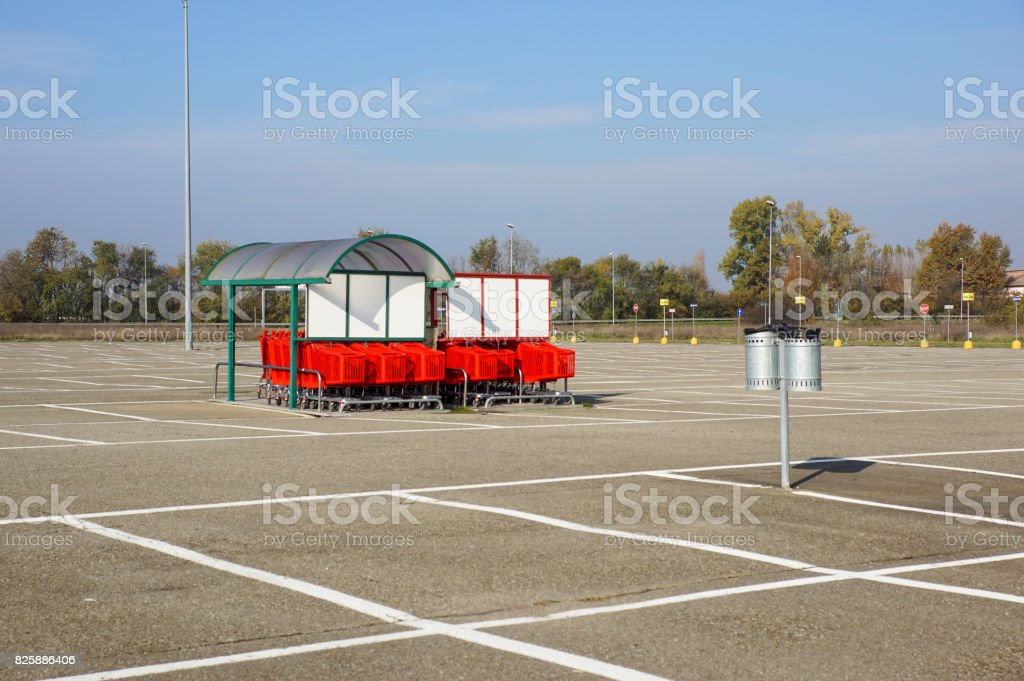Wheel of Shopping carts on a parking lot . Detail of a shopping cart. selective focus - foto stock