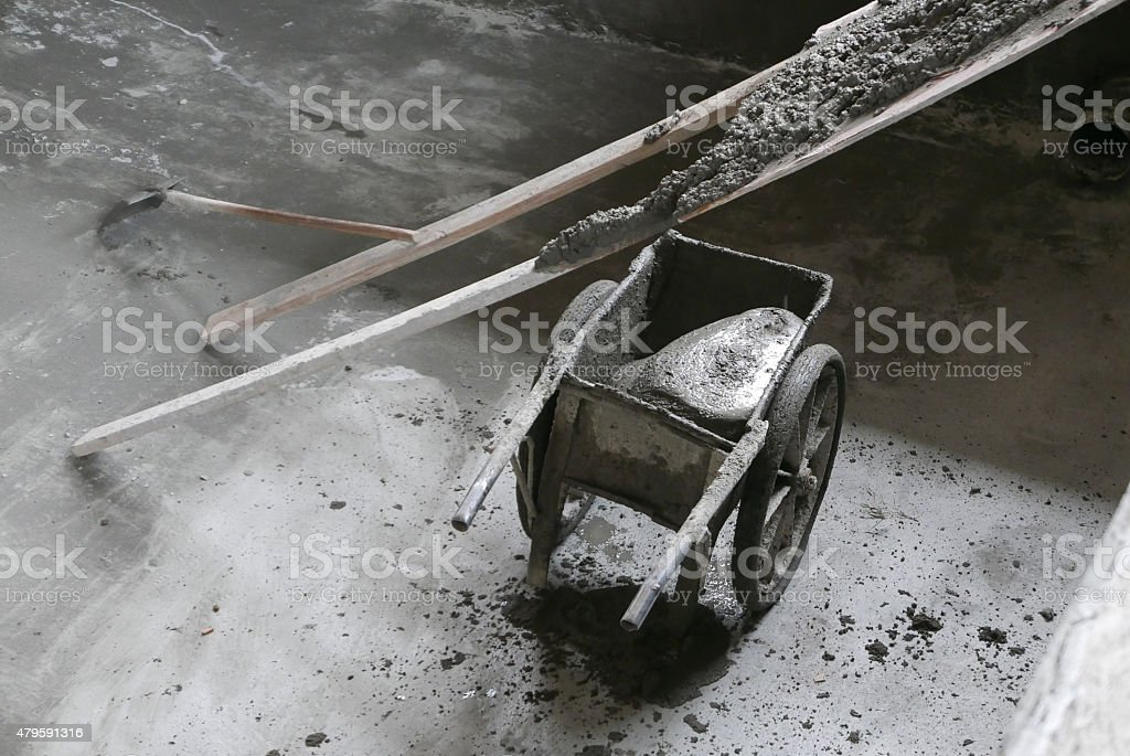 Schubkarre mit nassen Zement in leeren Pool – Foto