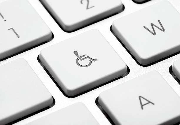 Rollstuhl auf einem laptop key – Foto