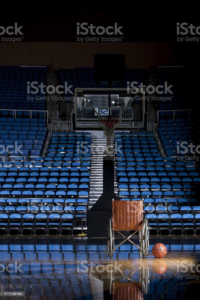 Para silla de ruedas en vacío Estadio de básquetbol en la oscuridad - foto de stock