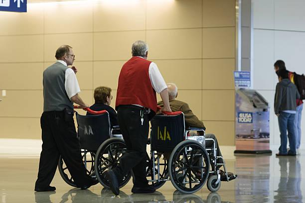 Des fauteuils roulants à l'aéroport - Photo