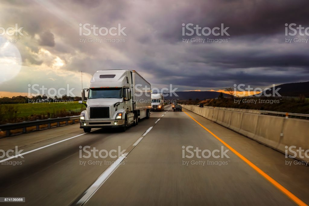 18 wheeler truck on the highway - foto stock