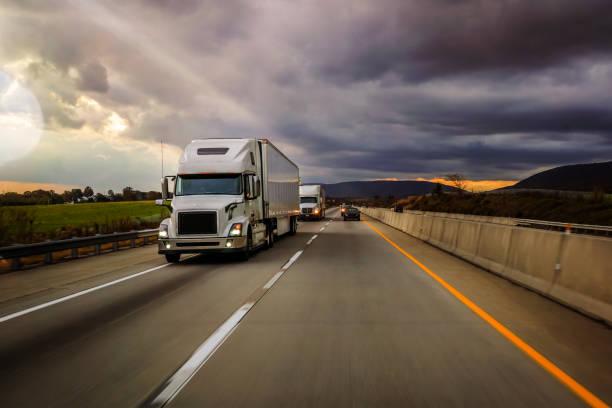 18 wheeler truck on the highway - foto stock