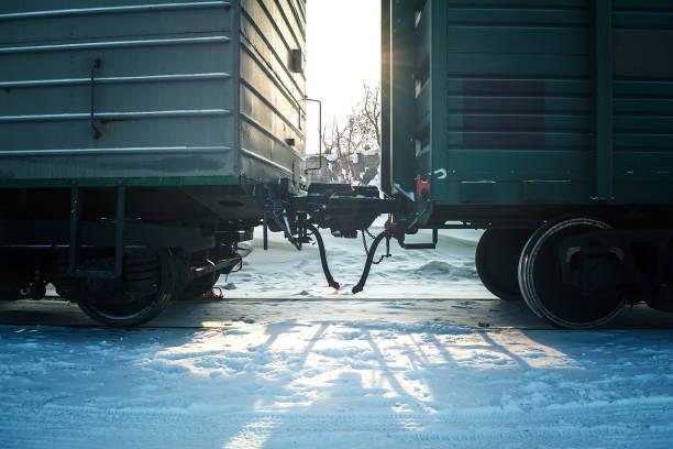 在冬季鐵軌上的輪組火車車廂 - 火車車廂 個照片及圖片檔