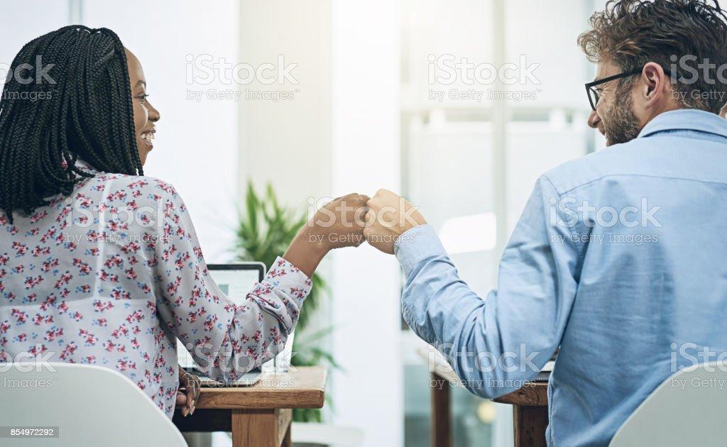 Cuando los compañeros de trabajo se convierten en amigos - foto de stock