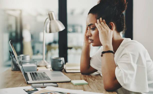 when hard work results in a headache - burnout zdjęcia i obrazy z banku zdjęć