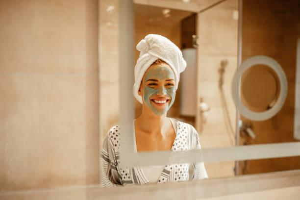 als mijn huid gelukkig is, ben ik ook - mirror mask stockfoto's en -beelden
