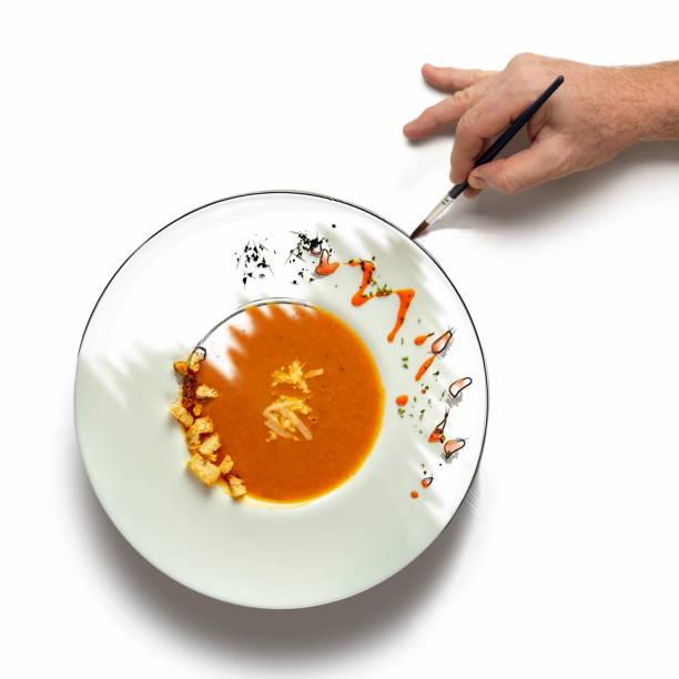 wenn der koch die kunst berührt - handbemalte teller stock-fotos und bilder