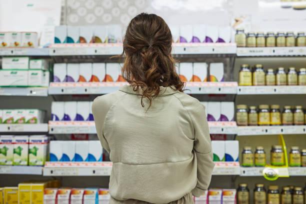 which brand is best? - prateleira compras imagens e fotografias de stock