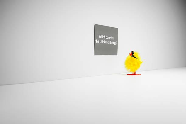 was war zuerst da, das huhn oder das ei? humor lustige nerd - lustiges huhn bilder stock-fotos und bilder