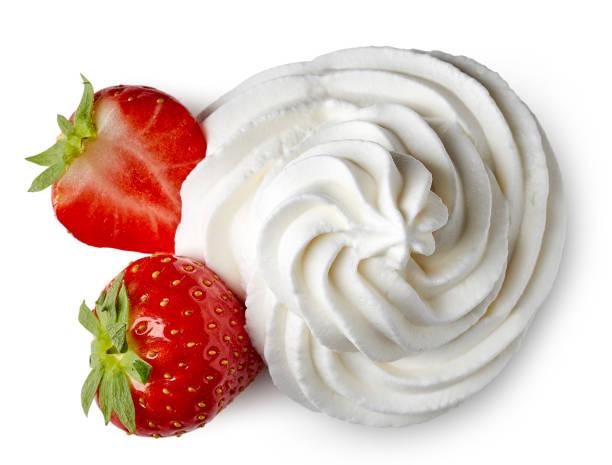 whipped cream and strawberries - crème sucrée photos et images de collection