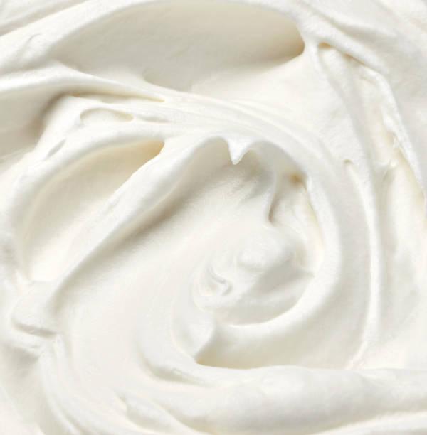 fouetté la crème aigre douce alimentaire blanc - glaçage photos et images de collection