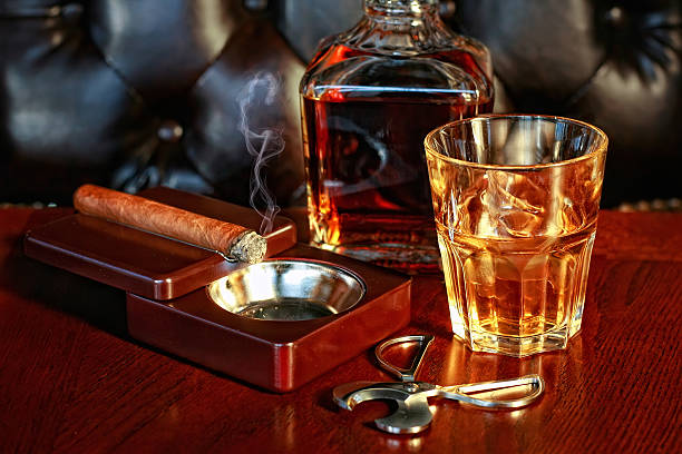 whiskey and cigar - guy with cigar stockfoto's en -beelden