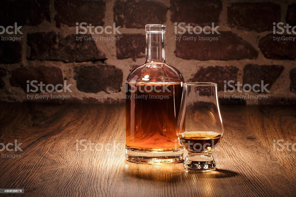 Whiskey Flasche und Nosing Glas stock photo