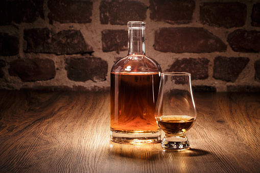 Whiskey Flasche Und Nosing Glas Stock Photo - Download Image Now