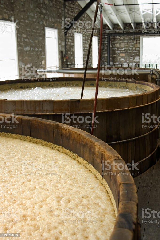 Whisky maíz puré de burbujeo en la destilería Vats - foto de stock