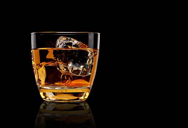 whiskey in glas - schottischer whisky stock-fotos und bilder
