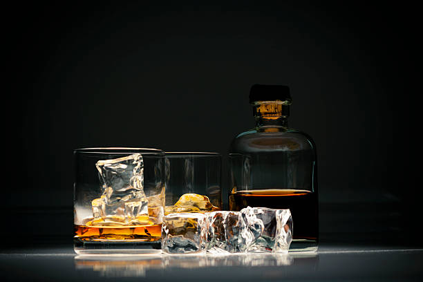 whiskey in glass with ice - 干邑 白蘭地 個照片及圖片檔