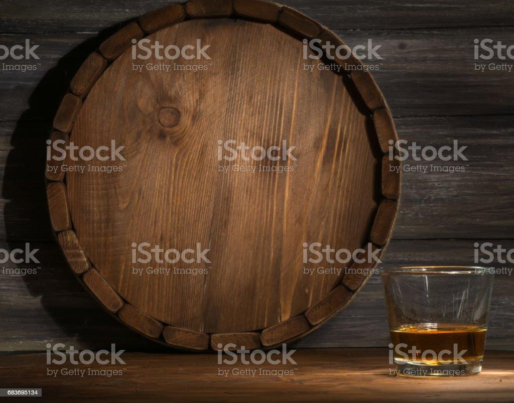 uísque em um de madeira - foto de acervo