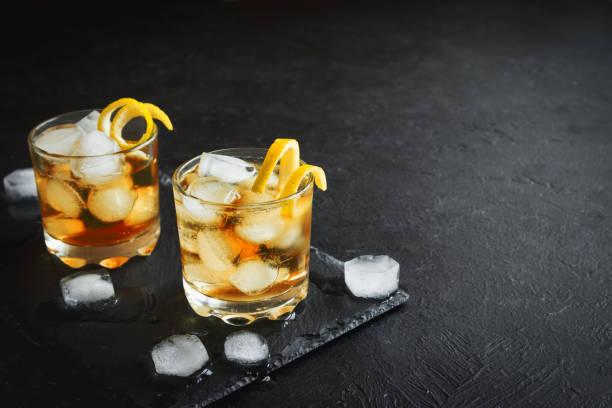 whisky oder rum - verdreht stock-fotos und bilder