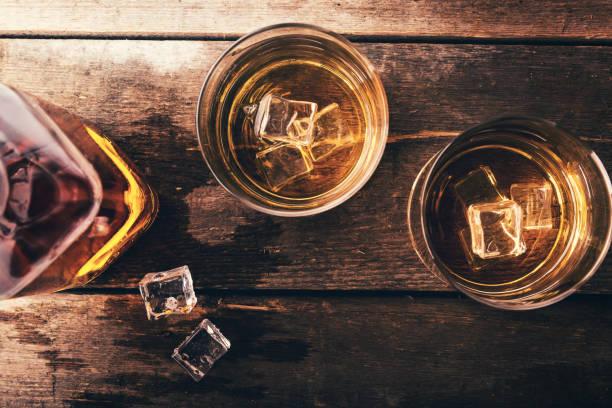 whisky-witz - goldene bar stock-fotos und bilder