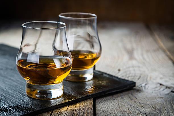 Whisky avec glaçons au verre - Photo