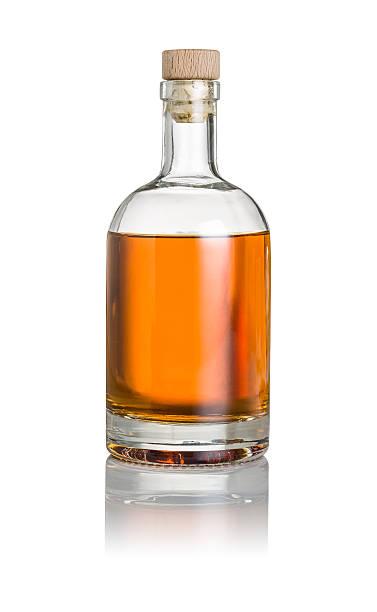 bouteille de whisky sur un fond blanc - spiritueux photos et images de collection