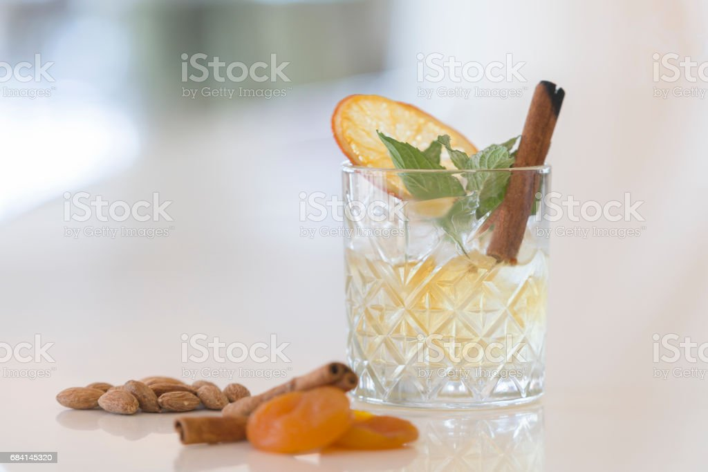 Whisky glas mit with mint leaves and cinnamon zbiór zdjęć royalty-free