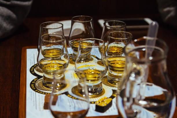 een whisky proeverij vlucht van zes glazen op een tafel - tasting stockfoto's en -beelden