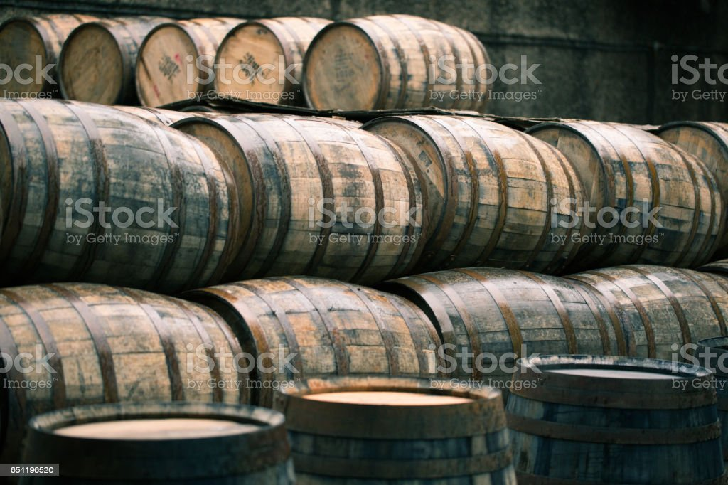 Antigos barris uísque velhos cheios de whisky - foto de acervo